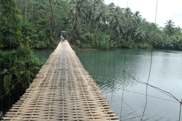 938_Guncangannya_menjadi_sensasi_tersendiri_bagi_para_turis_yang_melewati_jembatan_ini.jpg
