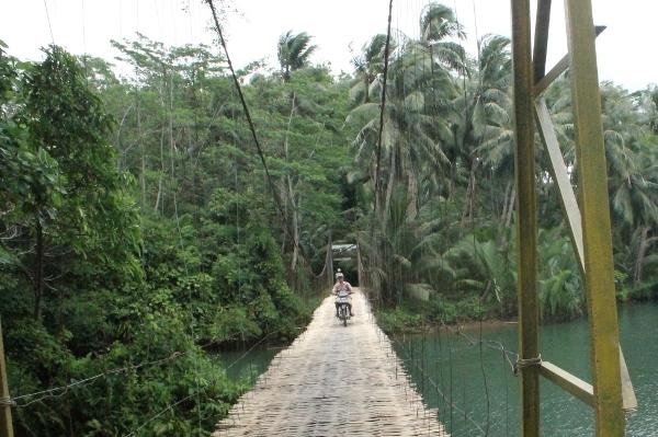 Selain pejalan kaki, jembatan Sasak Gantung juga dapat dilalui sepeda motor