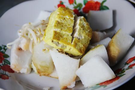 Irisan tahu goreng, taoge, dan ketupat menjadi  paduan  yang pas dalam seporsi kupat tahu