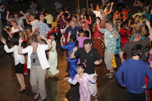 Di Saung Angklung Udjo, para pengunjung diajak untuk berinteraksi dan merasakan langsung berkesenian Sunda