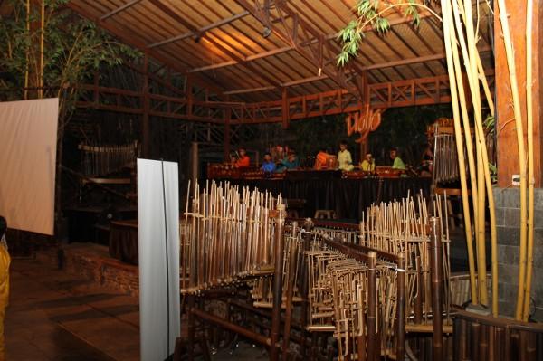 Di Saung Angklung Udjo, tersimpan angklung dengan berbagai macam ukuran dan nada