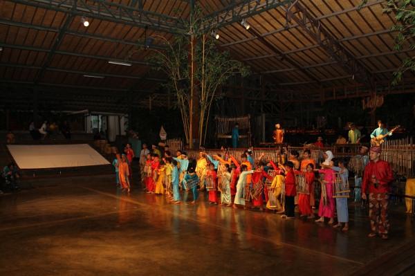 Melalui pertunjukan yang interaktif, Saung Angklung Udjo berusaha melestarikan seni Angklung sebagai Warisan Budaya Indonesia