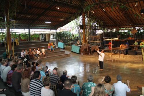 Para pengunjung diajak untuk berinteraksi langsung dan ikut belajar memainkan angklung secara berkelompok