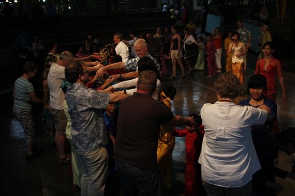 Para pengunjung ikut menari bersama para performer Saung Angklung Udjo