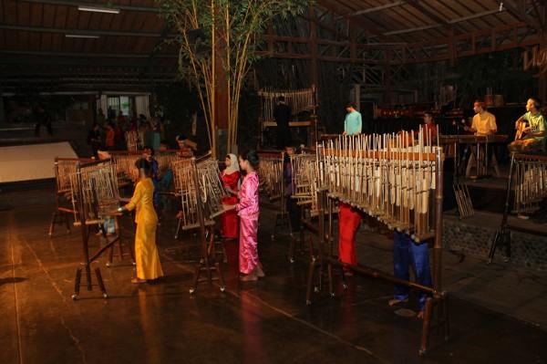 Saung Angklung Udjo berupaya melestarikan seni angklung dengan memperkenalkannya pada generasi muda