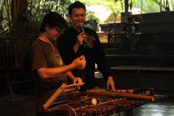 Saung Angklung Udjo juga menampilkan demo proses pembuatan Angklung