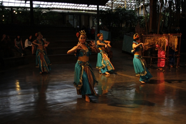Tari Jaipong, salah satu kekayaan seni tari Sunda yang juga ditampilkan Saung Angklung Udjo