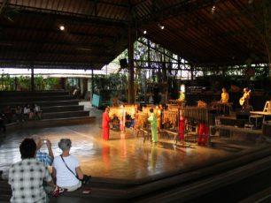 Nikmatnya Bermain Angklung di Saung Angklung Udjo