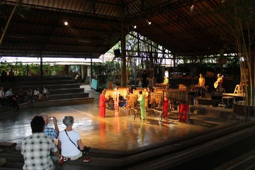 956_thumb_Pertunjukan_Saung_Angklung_Udjo_yang_interaktif_menjadi_daya_tarik_tersendiri_bagi_turis_asing.jpg