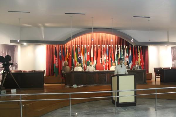 Diorama orasi Presiden Soekarno di tengah para delegasi