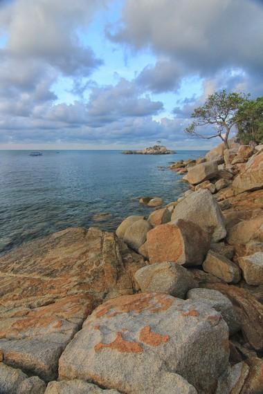 Di sudut-sudut Pantai Tanjung Layang, bertebaran bebatuan granit yang sangat elok untuk dipandangi