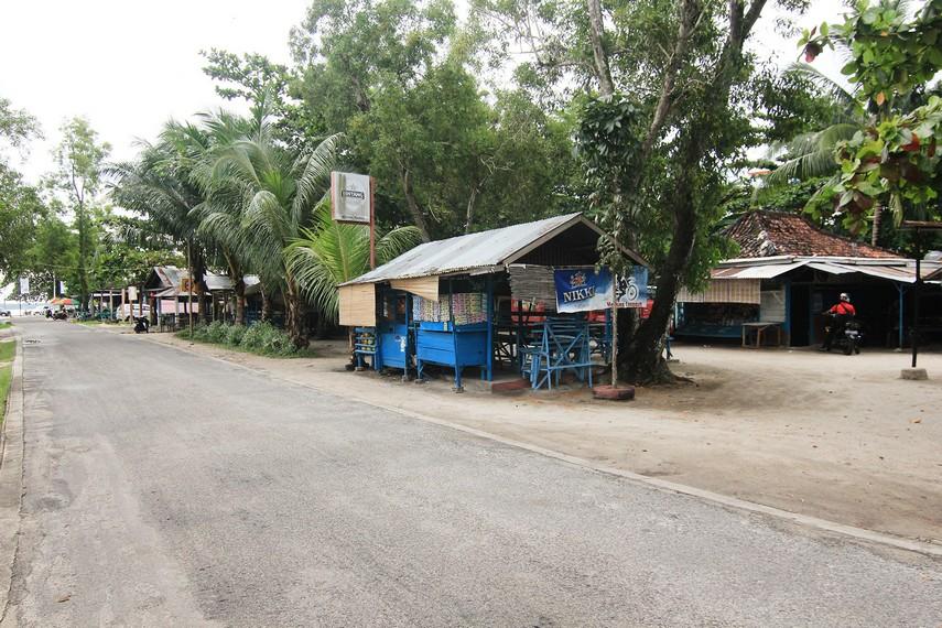Kedai-kedai makanan yang berada di sekitar pantai menjadi alternatif pilihan pengunjung yang ingin menikmati kuliner khas Belitung
