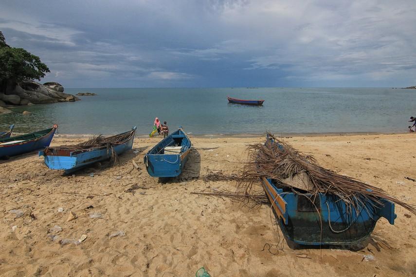 Pantai Teluk Uber juga sering dijadikan para nelayan untuk melabuhkan perahunya
