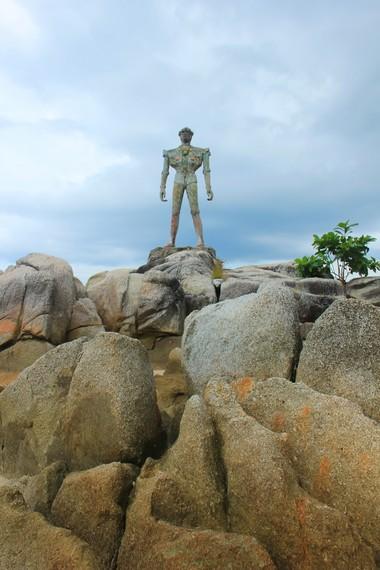 Patung robot sengaja dibangun supaya anak-anak betah bermain di Pantai Tanjung Pesona