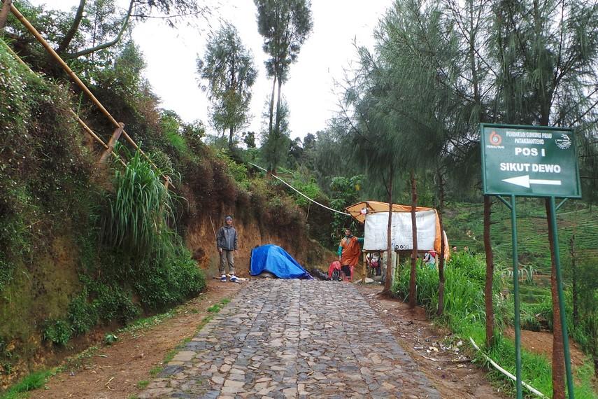 Pos Sikut Dewo menjadi titik pemberhentian pertama bagi para pendaki untuk beristirahat