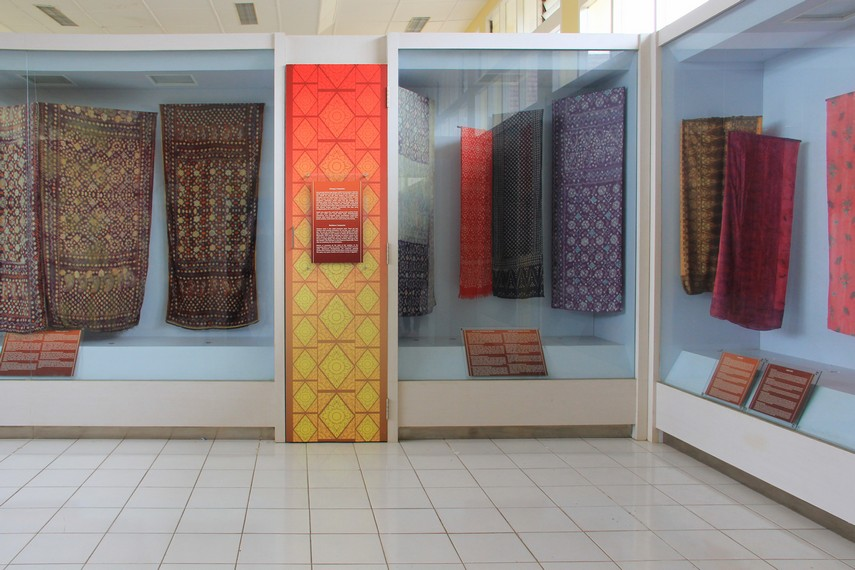 Aneka jenis kain songket dari zaman kesultanan di Palembang juga bisa dilihat pengunjung di salah satu sudut ruangan