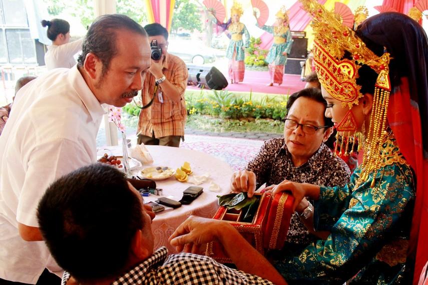 Bagi masyarakat Riau, sirih merupakan media perekat dalam pergaulan