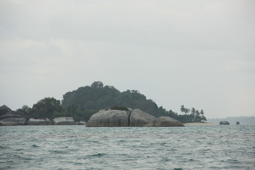 Batu granit yang bentuknya menyerupai kura-kura menjadi pemandangan unik di sekitar Pulau Kepayang