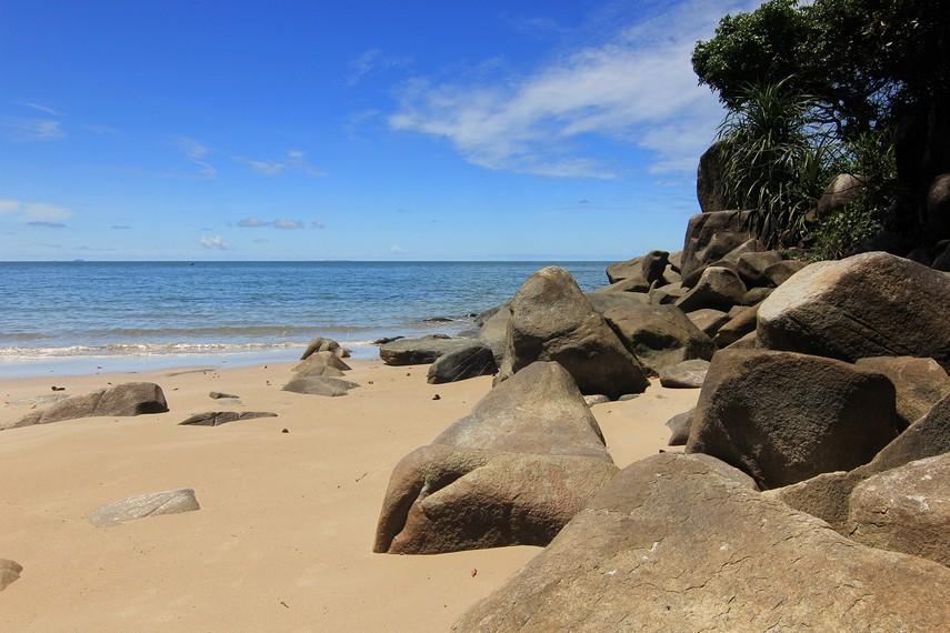 Batu granit yang berada di pinggir pantai menjadi pemandangan menarik ketika berada di Pantai Tanjung Batu
