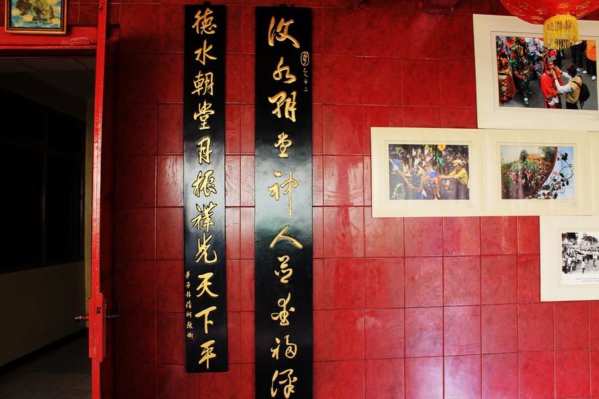 Berbagai aksesori dan perlengkapan di klenteng ini didatangkan dari Cina, termasuk papan bertuliskan kalimat petuah ini