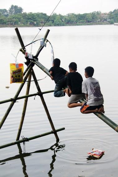 Berbeda dengan panjat pinang pada umunya, panjat pinang Situ Babakan hanya diperuntukan bagi anak-anak setingkat SD