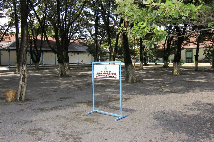 Di bagian dalam, terdapat taman yang dilapisi pasir hitam. Pasir ini diambil dari Pantai Parangkusumo dan Gunung Merapi. Taman ini ditanami 76 pohon sawo kecik