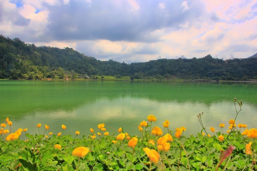 Di danau ini, kita bisa melihat warna air yang dapat berubah-ubah warna menjadi hijau, biru dan kuning kecoklatan