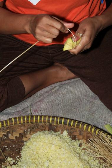 Beras ketan menjadi bahan dasar pembuatan lepet khas Kuningan