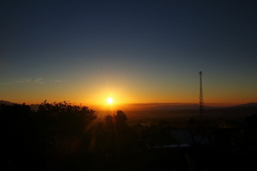 Pemandangan matahari tenggelam menjadi salah satu sajian indah di kawasan Gunung Dempo