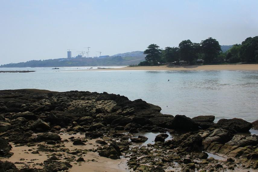 Pulau Manuk letaknya terpisah sekitar 1 kilometer dari daratan
