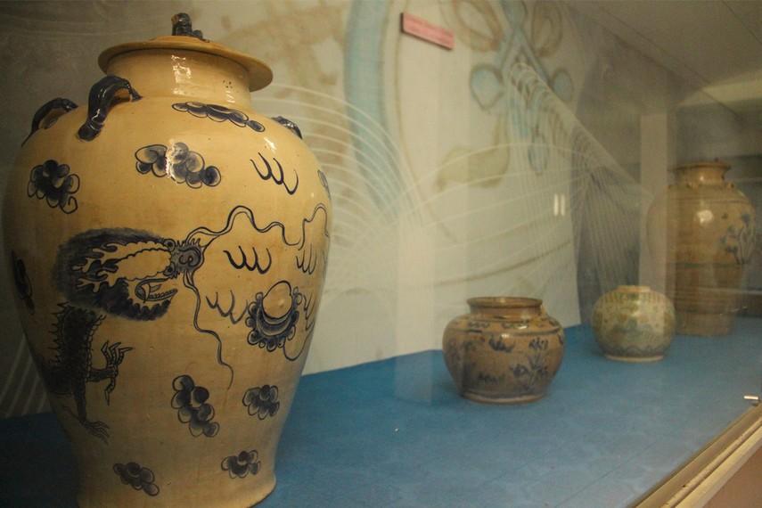 Beberapa koleksi guci keramik kuno yang dimiliki Museum Mulawarman