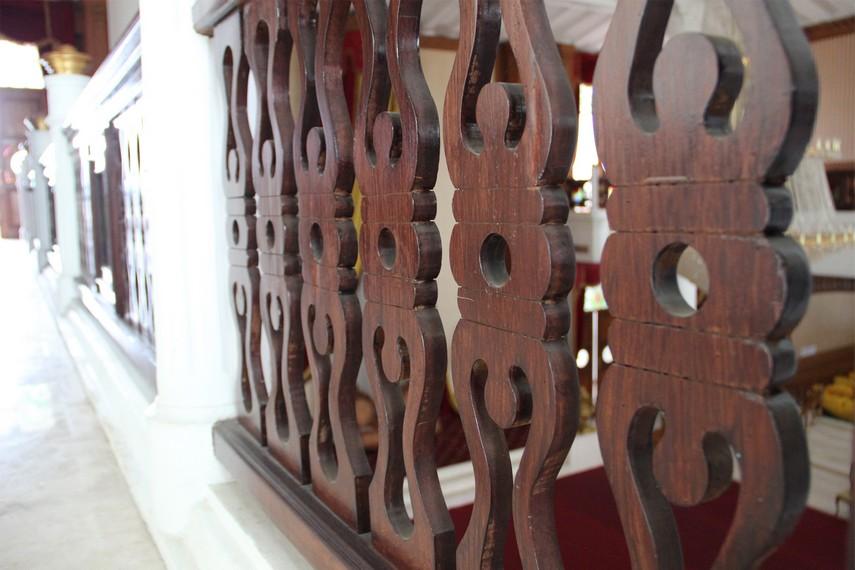 Ornamen ukiran kayu yang menghiasi dinding pembatas tribun lantai dua gedung Kedaton Kutai
