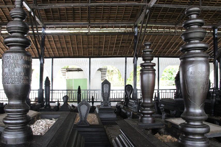 Selain para sultan, para istri dan putra-putri mereka juga dimakamkan di kompleks ini