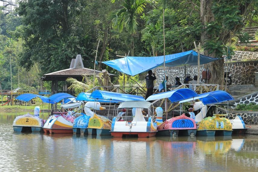 Fasilitas rekreasi yang tersedia di waduk ini diantaranya adalah sepeda air, flyingfox dan becak mini