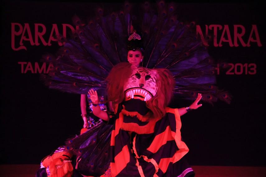 Topeng dadak merak melambangkan Raja Bre Kertabumi yang tak berdaya dikendalikan oleh permaisuri asal Kerajaan Campa