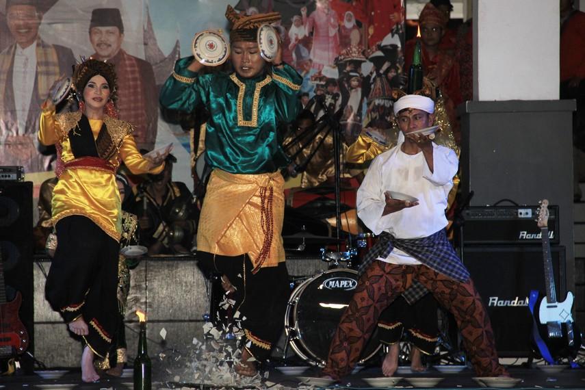 Salah satu adegan menegangkan adalah saat seorang penari memainkan piring sambil melompat di atas pecahan kaca