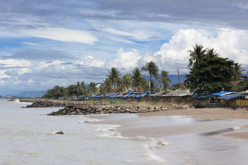 Pantai Padang menjadi salah satu destinasi yang wajib dikunjungi saat berkunjung ke Kota Padang
