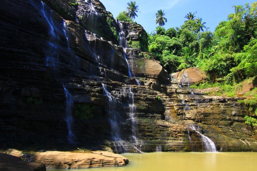 Ada juga yang mengartikan Air Terjun Luhur dengan air terjun yang tinggi karena bentuknya yang menjulang tinggi ke atas