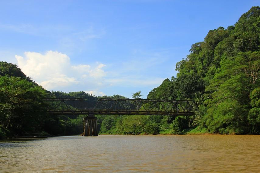 Pemandangan sungai dan hutan menjadi teman sepanjang perjalanan menuju Air Terjun Cikaso