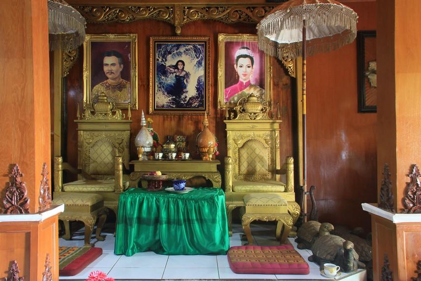 Altar ini dilengkapi dengan tempat tidur dan meja rias yang dikhususkan untuk sang penguasa Laut Selatan itu