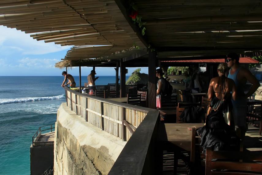 Panorama laut yang memukau dari salah satu kafe yang berada di atas tebing karang