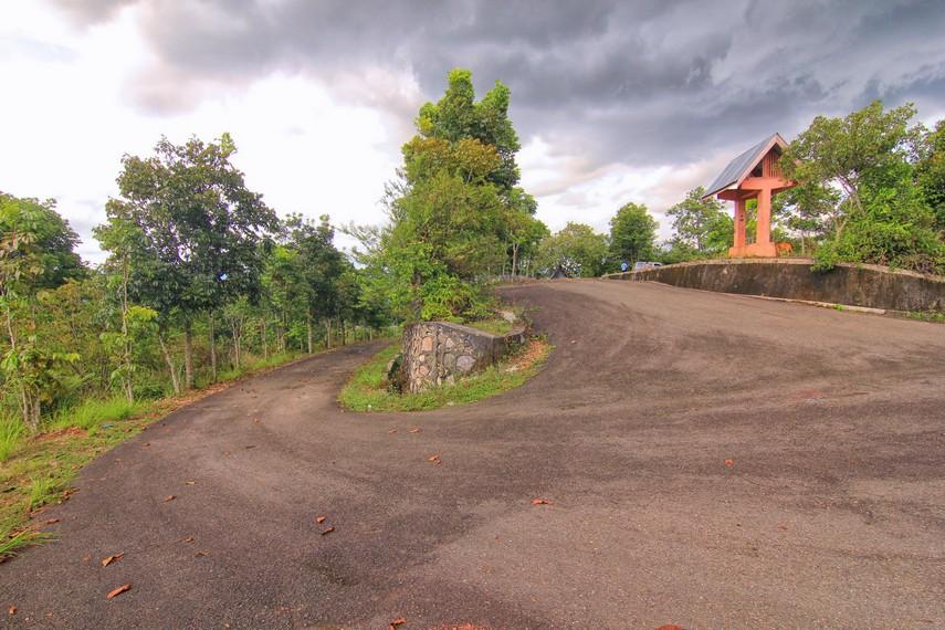Jalanan aspal menanjak dan berkelok di Puncak Ampangan cocok untuk bersepeda gunung