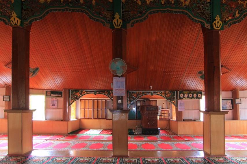 Tiang masjid terbuat dari batang kelapa dan masih seperti kondisi aslinya, hanya saja kini dilapisi triplek
