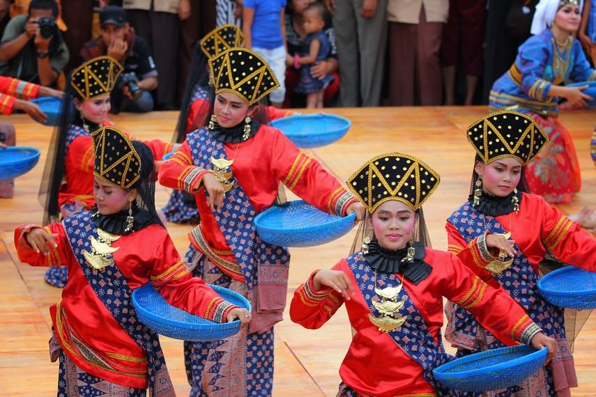 Kemeriahan puncak dari acara tradisi tabuik dimeriahkan dengan pementasan kesenian yang menghibur masyarakat