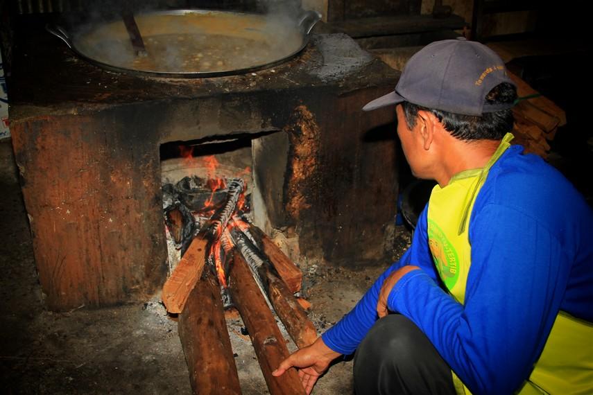 Proses pembuatan galamai membutuhkan daya tahan fisik dan keuletan yang tinggi