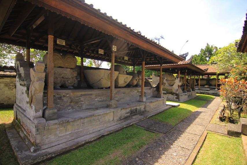 Di area sebelah barat, terdapat beberapa bangunan terbuka berisi koleksi sakorfagus