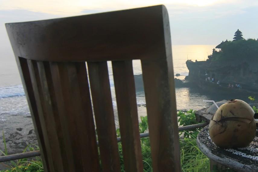 Pengunjung dapat mengabadikan panorama senja dari atas tebing di sisi timur Pura Tanah Lot sambil menikmati es kelapa muda
