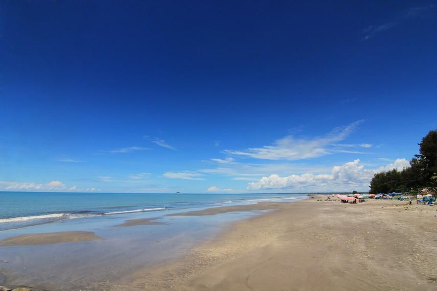 Di samping keindahan panoramanya, pantai ini cocok untuk aktivitas rekreasi laut, seperti renang dan selancar