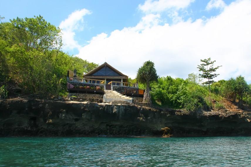 Salah satu fasilitas akomodasi yang tersedia di Nusa Lembongan dengan pemandangan langsung menghadap ke laut