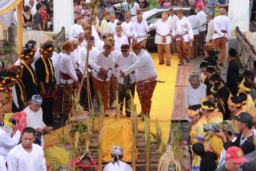 Selepas beumban, Sultan menuju dermaga Tenggarong untuk menjalani prosesi begorok